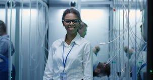 Θηλυκός διευθυντής που χαμογελά στο κέντρο δεδομένων απόθεμα βίντεο