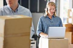 Θηλυκός διευθυντής που χρησιμοποιεί την κάσκα στην αποθήκη εμπορευμάτων διανομής Στοκ εικόνα με δικαίωμα ελεύθερης χρήσης
