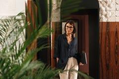 Θηλυκός διευθυντής eyeglasses με το φάκελλο διαθέσιμο Στοκ Εικόνες