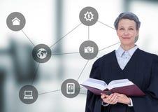 Θηλυκός δικαστής ενάντια στο μουτζουρωμένο γκρίζο γραφείο με την γκρίζα διεπαφή Στοκ Εικόνα