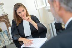 Θηλυκός δικαστής στις τηβέννους Στοκ φωτογραφία με δικαίωμα ελεύθερης χρήσης