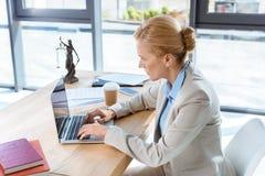Θηλυκός δικηγόρος που εργάζεται με το lap-top Στοκ Φωτογραφίες