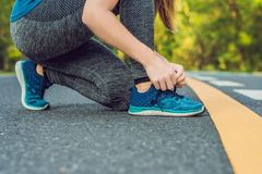 Θηλυκός δρομέας που δένει τα παπούτσια της που προετοιμάζονται για έξω Νέος δρομέας girld που παίρνει έτοιμος για την κατάρτιση α στοκ φωτογραφία με δικαίωμα ελεύθερης χρήσης