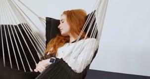 Θηλυκός εκτελεστικός ύπνος σε μια αιώρα στο γραφείο 4k απόθεμα βίντεο
