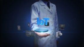 Θηλυκός επιστήμονας, ανοικτός φοίνικας μηχανικών, διάφορες κινητές συσκευές που συνδέει ` Διαδίκτυο της τεχνολογίας πραγμάτων ` φιλμ μικρού μήκους