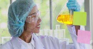 Θηλυκός επιστήμονας που γράφει τη χημική σύνδεση απόθεμα βίντεο