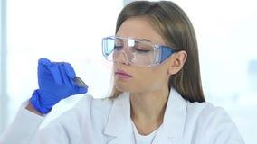 Θηλυκός επιστήμονας που εξετάζει το νέο τσιπ του υπολογιστή απόθεμα βίντεο