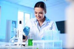 Θηλυκός επιστήμονας που εργάζεται με το δείγμα στο εργαστήριο χημείας στοκ φωτογραφία με δικαίωμα ελεύθερης χρήσης