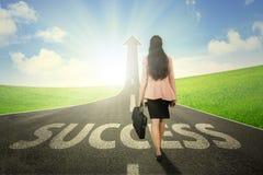 Θηλυκός επιχειρηματίας με το βέλος και τη λέξη επιτυχίας στοκ φωτογραφία με δικαίωμα ελεύθερης χρήσης