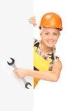 Θηλυκός εργάτης οικοδομών πίσω από την επιτροπή Στοκ Εικόνες
