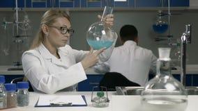 Θηλυκός ερευνητής που εργάζεται στο εργαστήριο χημείας φιλμ μικρού μήκους