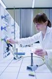 θηλυκός ερευνητής φωτι&sigm στοκ φωτογραφία με δικαίωμα ελεύθερης χρήσης