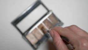 Θηλυκός θύσανος σκιών ματιών χεριών στην άσπρη απομόνωση υποβάθρου r απόθεμα βίντεο