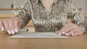Θηλυκός ιδιοκτήτης επιχείρησης που υπογράφει τη σύμβαση στον καφέ απόθεμα βίντεο