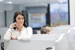 Θηλυκός κεντρικός χειριστής κλήσης που κάνει την εργασία της Στοκ Εικόνες