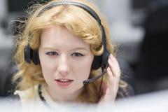 Θηλυκός κεντρικός χειριστής κλήσης που κάνει την εργασία της Στοκ εικόνα με δικαίωμα ελεύθερης χρήσης
