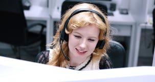 Θηλυκός κεντρικός χειριστής κλήσης που κάνει την εργασία της Στοκ Εικόνα