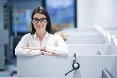 Θηλυκός κεντρικός χειριστής κλήσης που κάνει την εργασία της Στοκ φωτογραφίες με δικαίωμα ελεύθερης χρήσης