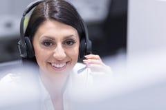 Θηλυκός κεντρικός χειριστής κλήσης που κάνει την εργασία της Στοκ φωτογραφία με δικαίωμα ελεύθερης χρήσης