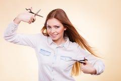 Θηλυκός κουρέας με trimmers το ψαλίδι Στοκ Εικόνες