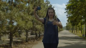 Θηλυκός κύλινδρος που παίρνει τηλεοπτικό στο πάρκο φιλμ μικρού μήκους