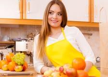 Θηλυκός μάγειρας που εργάζεται στην κουζίνα Στοκ Εικόνα
