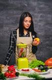 Θηλυκός μάγειρας στον πίνακα που προετοιμάζει τα vegan γεύματα Στοκ εικόνες με δικαίωμα ελεύθερης χρήσης