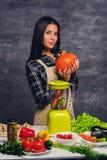 Θηλυκός μάγειρας στον πίνακα που προετοιμάζει τα vegan γεύματα Στοκ Φωτογραφίες