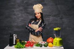 Θηλυκός μάγειρας στον πίνακα που προετοιμάζει τα vegan γεύματα Στοκ εικόνα με δικαίωμα ελεύθερης χρήσης