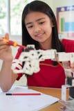 Θηλυκός μαθητής στο μάθημα επιστήμης που μελετά τη ρομποτική στοκ φωτογραφίες