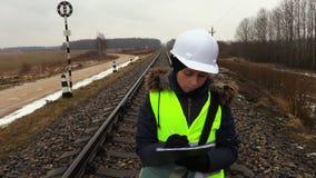 0 θηλυκός μηχανικός σιδηροδρόμων στο σιδηρόδρομο