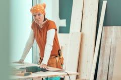 Θηλυκός ξυλουργός με την τοποθέτηση κορδελών στο εργαστήριο ξυλουργικής στοκ φωτογραφίες με δικαίωμα ελεύθερης χρήσης