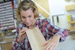 Θηλυκός ξυλουργός στο εργαστήριο Στοκ Εικόνες