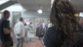 Θηλυκός οδηγός τουριστών που στέκεται στον αερολιμένα, περιμένοντας στους φιλοξενουμένους, που κρατούν το σήμα απόθεμα βίντεο
