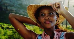 Θηλυκός οδοιπόρος που κρατά το καπέλο της στην επαρχία 4k φιλμ μικρού μήκους