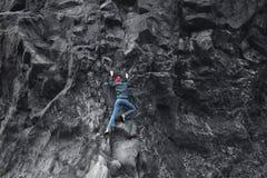 Θηλυκός ορειβάτης βράχου στον απότομο βράχο Στοκ Εικόνα