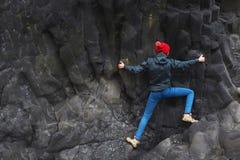 Θηλυκός ορειβάτης βράχου στον απότομο βράχο Στοκ Εικόνες