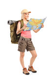Θηλυκός οδοιπόρος που εξετάζει το χάρτη Στοκ Εικόνες