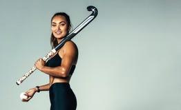 Θηλυκός παίκτης χόκεϋ που εξετάζει τη κάμερα Στοκ Εικόνες