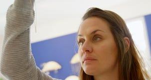 Θηλυκός πελάτης που εξετάζει το κόσμημα στο κατάστημα 4k μπουτίκ φιλμ μικρού μήκους