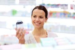 Θηλυκός πελάτης που επιλέγει τα φάρμακα στο φαρμακείο στοκ εικόνες
