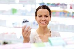 Θηλυκός πελάτης που επιλέγει τα φάρμακα στο φαρμακείο στοκ φωτογραφία με δικαίωμα ελεύθερης χρήσης