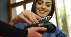 Θηλυκός πελάτης που κάνει την πληρωμή μέσω του κινητού τηλεφώνου 4k φιλμ μικρού μήκους