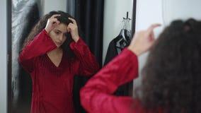 Θηλυκός πελάτης στο φόρεμα αγοράς καταστημάτων απόθεμα βίντεο