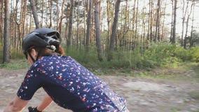 Θηλυκός ποδηλάτης που οδηγά ένα ποδήλατο στο πάρκο Η πλευρά ακολουθεί τον πυροβολισμό Κατάρτιση ανακύκλωσης o απόθεμα βίντεο