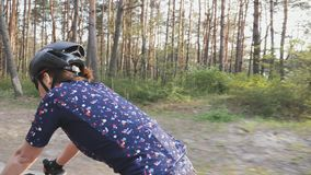 Θηλυκός ποδηλάτης που οδηγά ένα ποδήλατο στο πάρκο Η πλευρά ακολουθεί τον πυροβολισμό Κατάρτιση ανακύκλωσης φιλμ μικρού μήκους