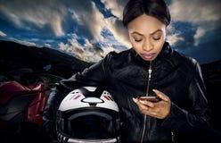 Θηλυκός ποδηλάτης που χρησιμοποιεί Smartphone για τη ναυσιπλοΐα ΠΣΤ Στοκ φωτογραφίες με δικαίωμα ελεύθερης χρήσης