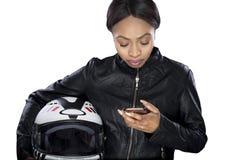Θηλυκός ποδηλάτης που χρησιμοποιεί Smartphone για τη ναυσιπλοΐα ΠΣΤ Στοκ Εικόνα
