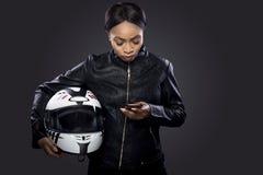 Θηλυκός ποδηλάτης που χρησιμοποιεί Smartphone για τη ναυσιπλοΐα ΠΣΤ Στοκ Φωτογραφίες