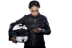 Θηλυκός ποδηλάτης που χρησιμοποιεί Smartphone για τη ναυσιπλοΐα ΠΣΤ Στοκ εικόνα με δικαίωμα ελεύθερης χρήσης